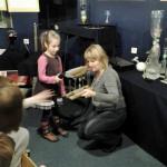 Praktyczna lekcja uczniów w Planetarium.