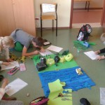 Uczniowie podstawówki projektują makietę lasu.