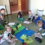 Uczniowie tworzą makietę lasu.