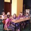Dzieci tworzą praceplastyczne z wykorzystaniem węgla