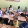 Uczniowie przygotowują sałatki