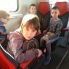 Uczniowie na wycieczce pociągiem