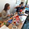 Uczniowie prywatnej podstawówki tworzą makiety z planetami.