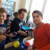 Uczniowie tworzą makiety planet.