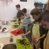 Uczniowie uczą się gotować