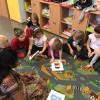 Praca w grupach podczas lekcji w szkole podstawowej.