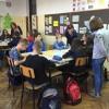 Uczniowie pracują w grupach w prywatnej szkole podstawowej w Łodzi
