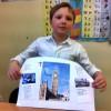 Uczniowie z projektem o Londynie.