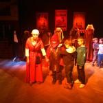 Dzieci biorą udział w przedstawieniu teatralnym.