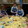 Uczniowie biorą udział w warsztatach z majsterkowania