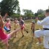 Dzieci ćwiczą karate
