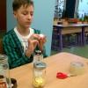 Uczniowie przygotowują eksperymenty przyrodniczne