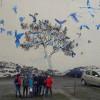 Uczniowie na tle murali w Łodzi
